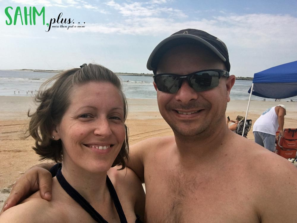 Ivy and her husband in 2016 at the beach | sahmplus.com