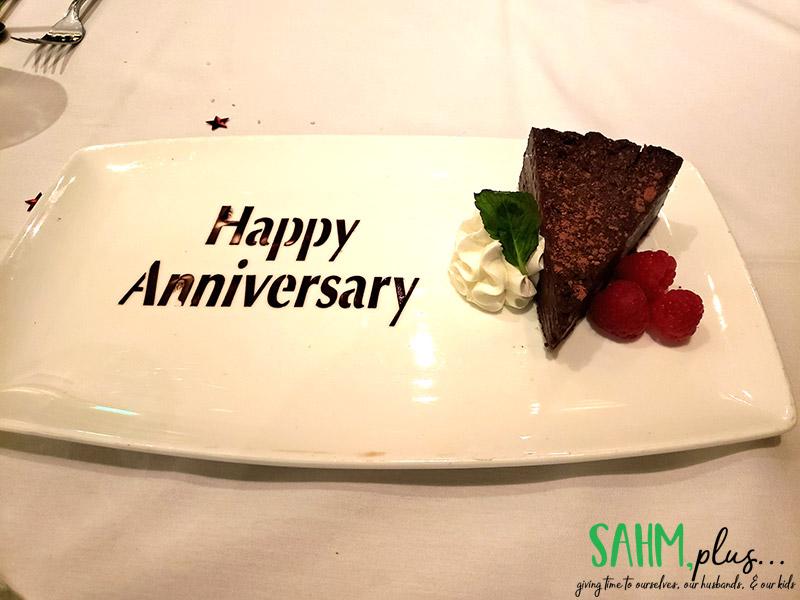 Chocolate cake with words Happy Anniversary | sahmplus.com