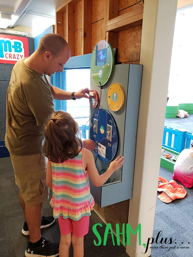 Learning electricity at Glazer Children's Museum Tampa | sahmplus.com