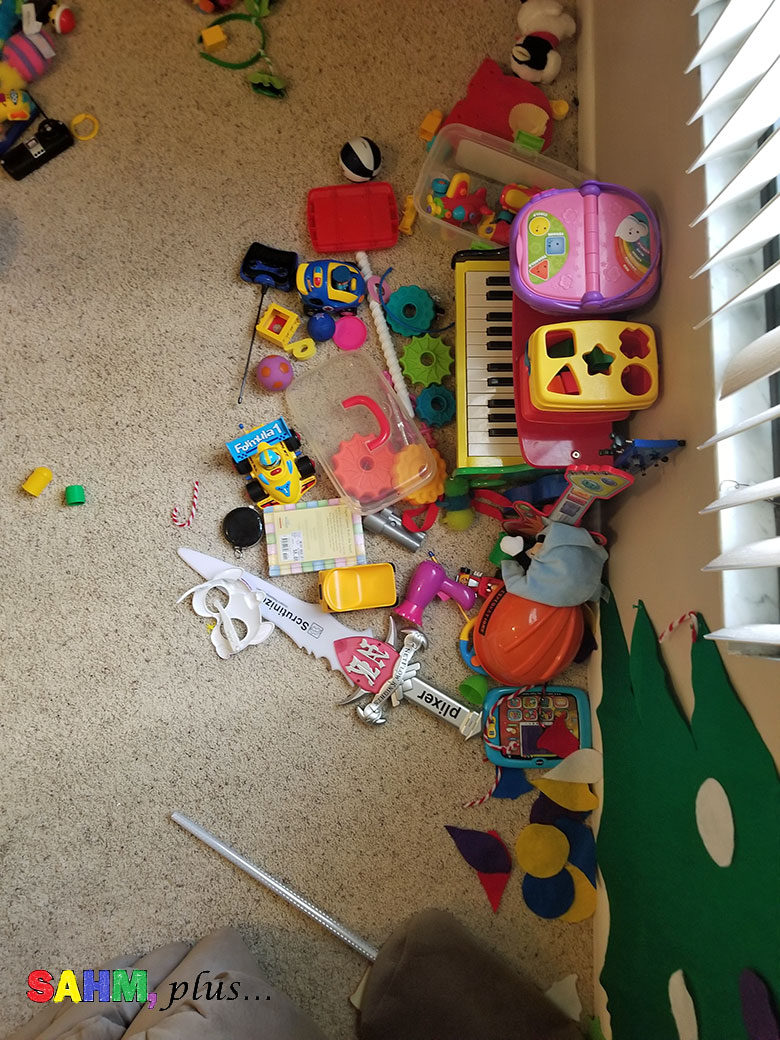 Busy mom's holiday cleaning tips - the kids' messy playroom | www.sahmplus.com