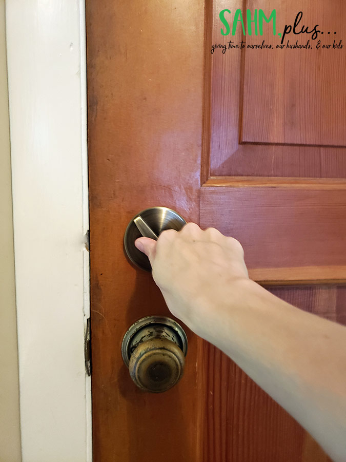 After catching lizard in the house, open the door to release him | sahmplus.com