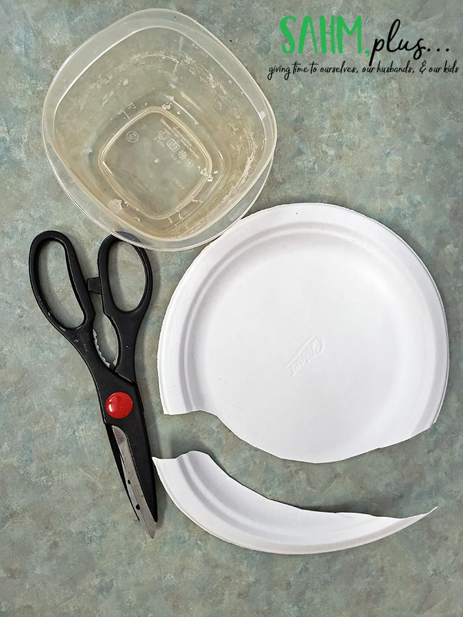 How to catch a lizard in the house. Supplies - plate, bowl, scissors | sahmplus.com
