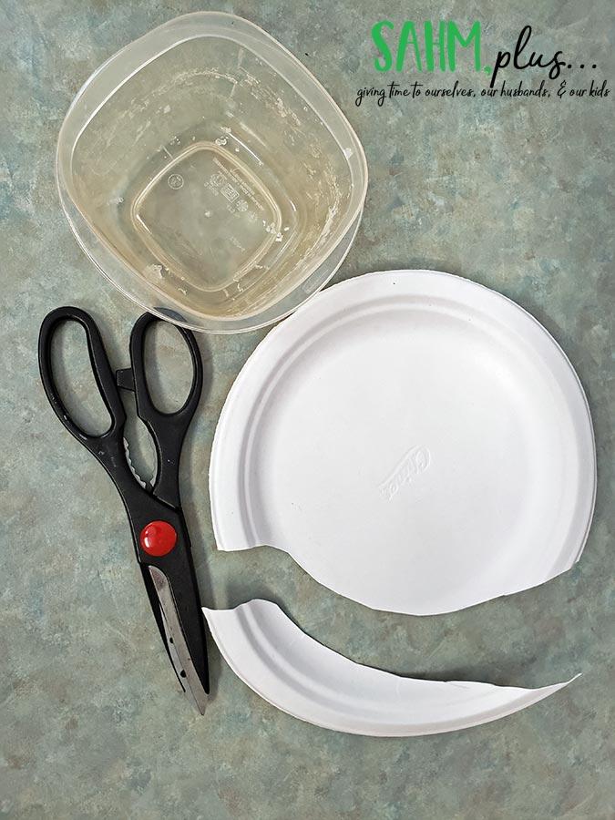 How to catch a lizard in the house. Supplies - plate, bowl, scissors | sahmplus.com