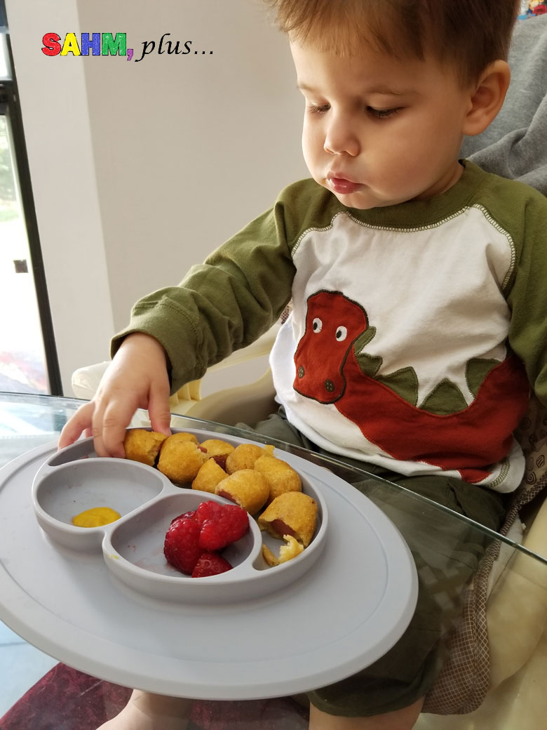 Promote toddler independence through self-feeding with EZPZ mat | www.sahmplus.com