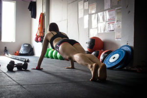 woman doing a plank at the gym